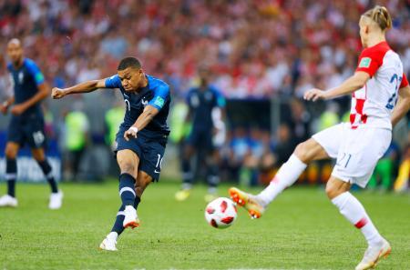 フランス―クロアチア 後半、4点目のゴールを決めるフランスのエムバペ=15日、モスクワ(共同)