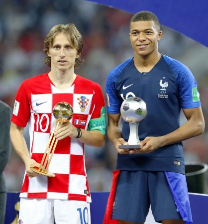 最優秀選手の「ゴールデンボール賞」を受賞したクロアチアのモドリッチ(左)と、「ヤングプレーヤー賞」を受賞したフランスのエムバペ=モスクワ(共同)