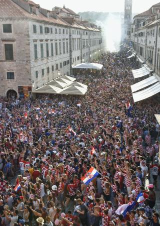 クロアチア南部ドブロブニク旧市街の教会前広場と大通りを埋め尽くしたサポーターたち=15日(共同)