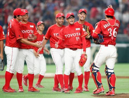 東京ガスに勝利し、完投した佐竹(右から3人目)と喜ぶトヨタ自動車ナイン=東京ドーム