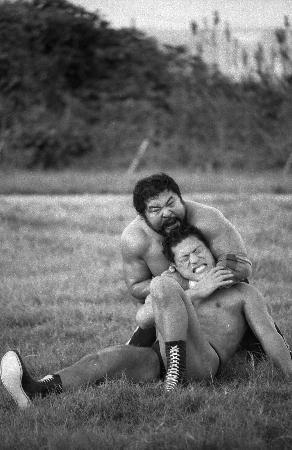 1987年の「巌流島の闘い」でアントニオ猪木を攻めるマサ斎藤(山内猛氏撮影)