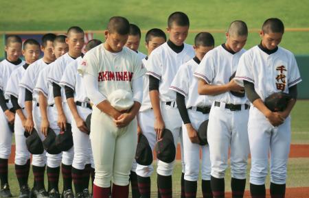 全国高校野球選手権大会の広島大会開会式で、西日本豪雨の犠牲者に黙とうをささげる選手たち=17日午前、広島県三次市
