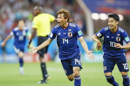 日本―ベルギー戦後半、2点目のゴールを決め、駆けだす乾。右は香川=ロストフナドヌー(共同)