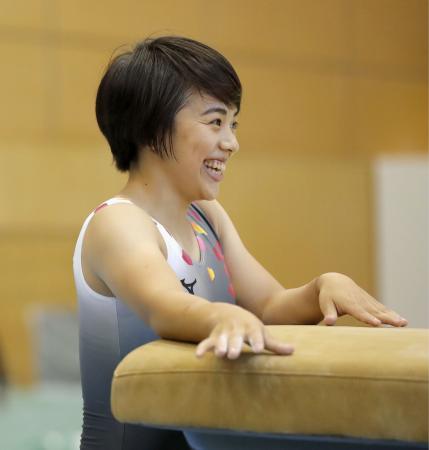 体操の強化合宿で、笑顔を見せる村上茉愛=味の素ナショナルトレーニングセンター
