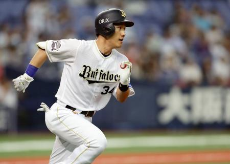 6回オリックス無死一塁、吉田正が右中間に同点二塁打を放ち一塁に向かう=京セラドーム