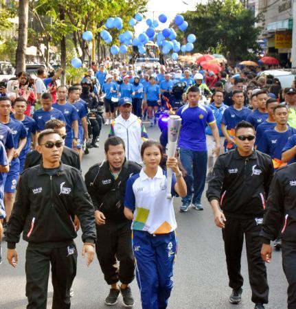 インドネシアの古都ジョクジャカルタで本格的にスタートしたアジア大会の聖火リレー=19日(共同)