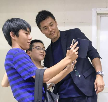 さいたま市役所でファンと記念撮影に納まる川島永嗣=20日