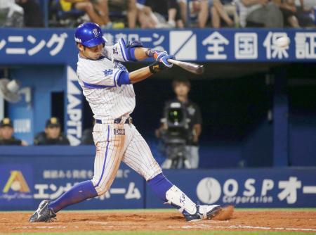 8回DeNA無死、桑原が左中間に二塁打を放ち、サイクル安打を達成=横浜