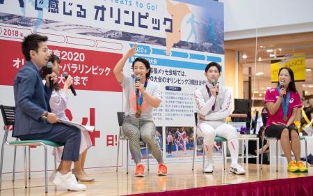 2020年東京五輪まで2年となるのを前に開かれたイベントに参加した(中央から右へ)浜口京子さん、三宅諒選手、岡本依子さん=21日午後、千葉市緑区