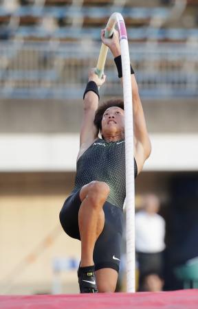 男子棒高跳び 5メートル60で優勝した山本聖途=ShonanBMWスタジアム平塚