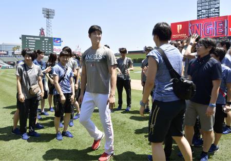 試合前、スタジアムを訪れたバレーボール女子日本代表選手と交流するエンゼルス・大谷=アナハイム(共同)