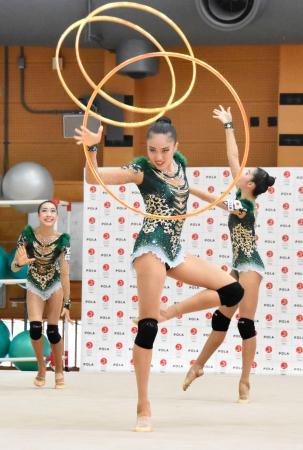 フープの演技を披露する新体操団体の日本代表=27日、東京都北区の国立スポーツ科学センター