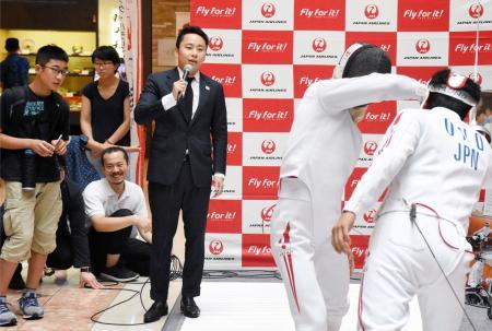 競技のPRイベントで、模擬実戦を解説する日本フェンシング協会の太田雄貴会長=28日、羽田空港