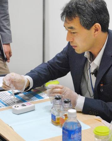 ドーピング検査員の養成を目的とした講習会で、模擬検査に臨む受講者=29日、東京都港区