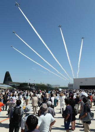 昨年8月、2010年以来7年ぶりの航空祭が行われた航空自衛隊松島基地=宮城県東松島市