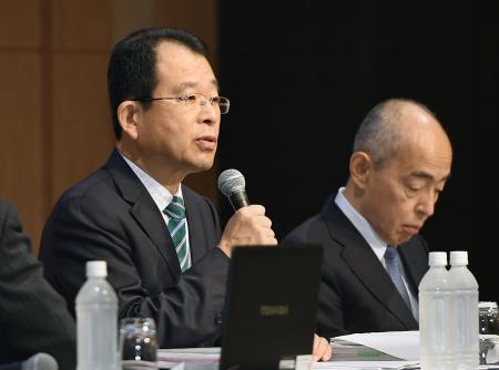 日大アメフット部の悪質反則問題を巡る調査について最終報告する、第三者委の勝丸充啓委員長(左)=30日午後、東京都内のホテル