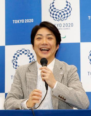 記者会見で笑顔を見せる東京五輪・パラリンピックの開閉会式の総合統括を務める狂言師の野村萬斎さん=31日午前、東京都港区