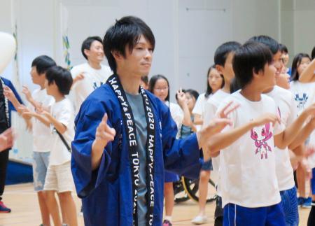 「東京五輪音頭2020」を踊る体操男子の内村航平選手=1日午後、神戸市