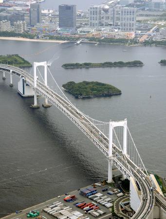 東京湾に架かるレインボーブリッジ