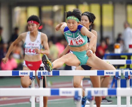 女子100メートル障害決勝 13秒34の高校新記録で優勝した市船橋・小林歩未(右)=三重交通Gスポーツの杜伊勢