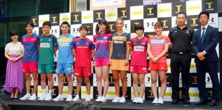 卓球Tリーグの記者会見後、フォトセッションに臨む福原愛(左端)、張本智和(左から3人目)、平野美宇(右から4人目)ら=2日、東京都港区