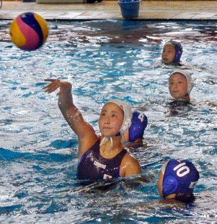強化合宿で練習する鈴木主将(手前)ら水球女子日本代表の選手=3日午前、川崎市