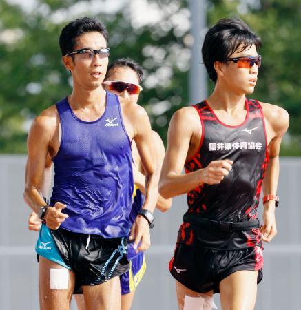 暑さ対策の合宿で練習する荒井広宙(左)ら男子競歩選手=4日、東京都北区