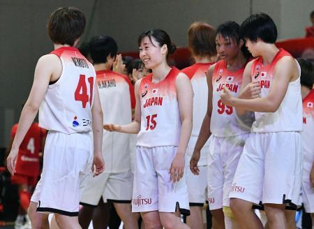 カナダに勝利し喜ぶ本橋(15)ら日本選手=アオーレ長岡