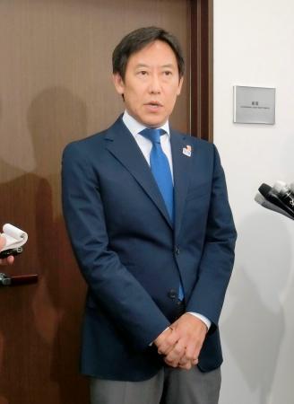 報道陣の取材に応じるスポーツ庁の鈴木長官=8日午後、スポーツ庁