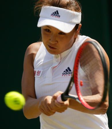 テニスのウインブルドン選手権 女子シングルス1回戦でリターンする彭帥=7月3日(AP=共同)
