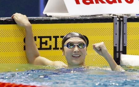 女子100メートルバタフライ決勝 56秒08の日本新記録で優勝し、ガッツポーズの池江璃花子=東京辰巳国際水泳場
