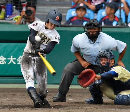 星稜―済美 タイブレークの13回裏済美無死、矢野が右翼ポール直撃の逆転サヨナラ満塁本塁打を放つ。捕手山瀬=甲子園