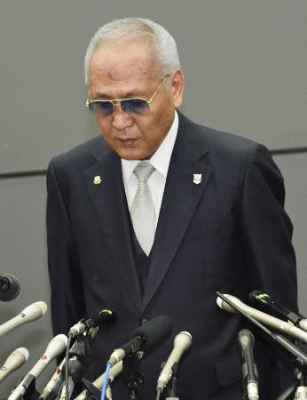 辞任を表明し、頭を下げる日本ボクシング連盟の山根明会長=8月8日、大阪市