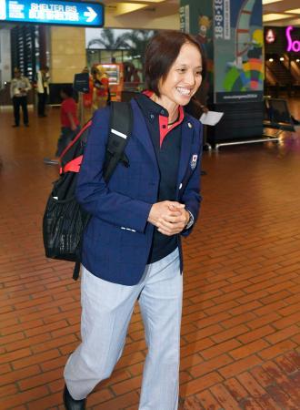 アジア大会出場のため、ジャカルタの空港に到着したサッカー女子日本代表の高倉麻子監督=13日(共同)