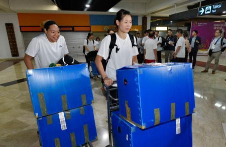 ジャカルタの空港に到着したバスケットボール女子の南北合同チームの選手ら=13日(共同)
