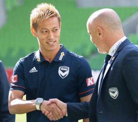 オーストラリアAリーグ、メルボルン・ビクトリーに加入した本田圭佑=15日、メルボルン(共同)