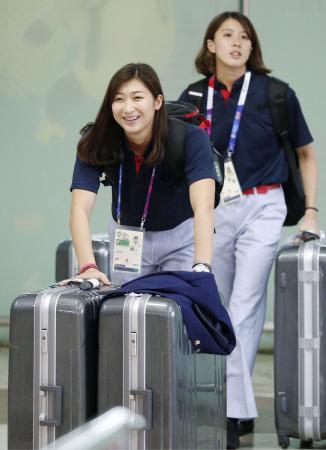 ジャカルタの空港に到着した競泳女子の池江璃花子(手前)と大橋悠依=15日(共同)