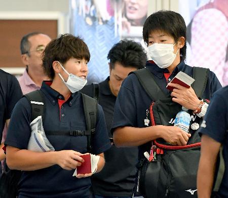 ジャカルタ・アジア大会に向け出発するソフトボール女子の上野由岐子(右)ら=16日午前、羽田空港