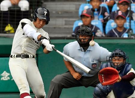 大阪桐蔭―高岡商 3回裏大阪桐蔭1死一、二塁、中川が左中間に2点二塁打を放つ。捕手筏=甲子園