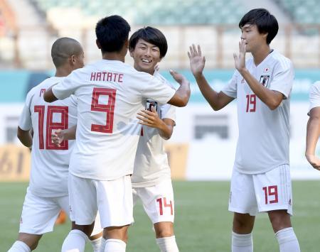 日本―パキスタン 前半、2点目のゴールを決めた旗手(9)を祝福する日本イレブン=チカラン(共同)