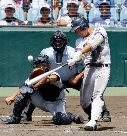 金足農―横浜 8回裏金足農1死一、二塁、高橋が中越えに決勝の逆転3ランを放つ。捕手角田=甲子園