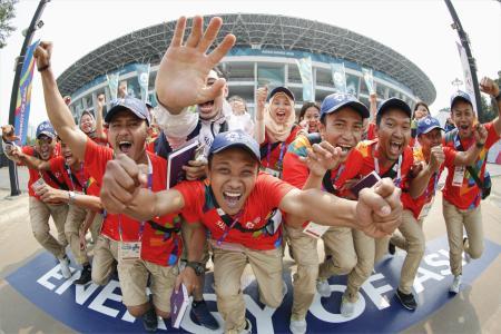 ジャカルタ・アジア大会の開幕を翌日に控え、メイン会場のブンカルノ競技場前で盛り上がるボランティア=17日、ジャカルタ(魚眼レンズ使用、共同)
