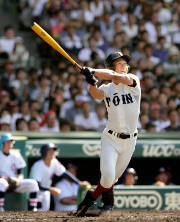 大阪桐蔭―浦和学院 5回表大阪桐蔭2死、藤原が右越えに本塁打を放つ=甲子園
