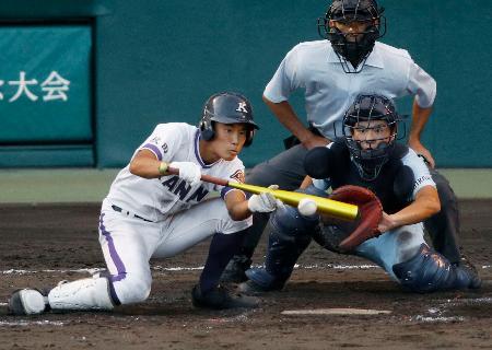 金足農―近江 9回裏金足農無死満塁、斎藤が三塁前に2点スクイズを決める。捕手有馬=甲子園