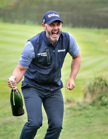 欧州ゴルフのノルデア・マスターズ、ツアー初優勝を喜ぶポール・ワリング=19日、イエーテボリ(AP=共同)