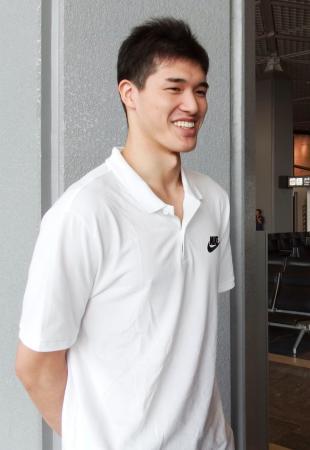 渡米前に取材に応じる米プロバスケットボールの渡辺雄太=23日午前、成田空港