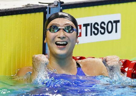 ジャカルタ・アジア大会の競泳女子50メートル自由形で優勝し、ガッツポーズする池江璃花子。日本選手の1大会最多金メダル数を更新する6冠を達成した=24日、ジャカルタ(共同)