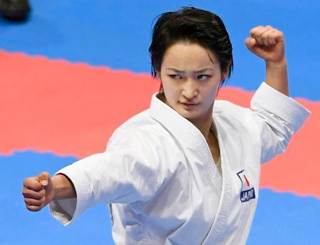 女子形で金メダルを獲得した清水希容=ジャカルタ(共同)