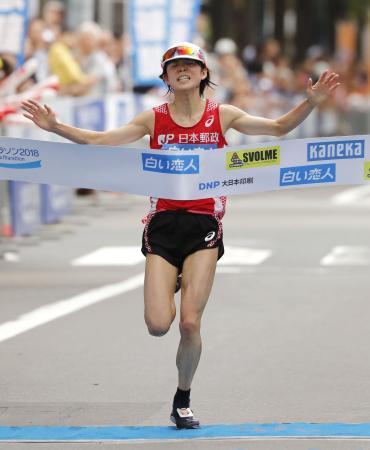 女子 2時間28分32秒で優勝した鈴木亜由子=札幌市中央区