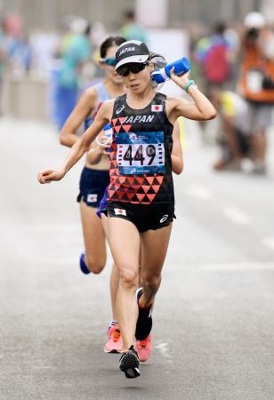 女子マラソン 水を体にかけながら力走する野上恵子=ジャカルタ(共同)